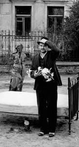 Vladas Radvilavičius vaidina filosofiniame filme kartu su varna Birute.