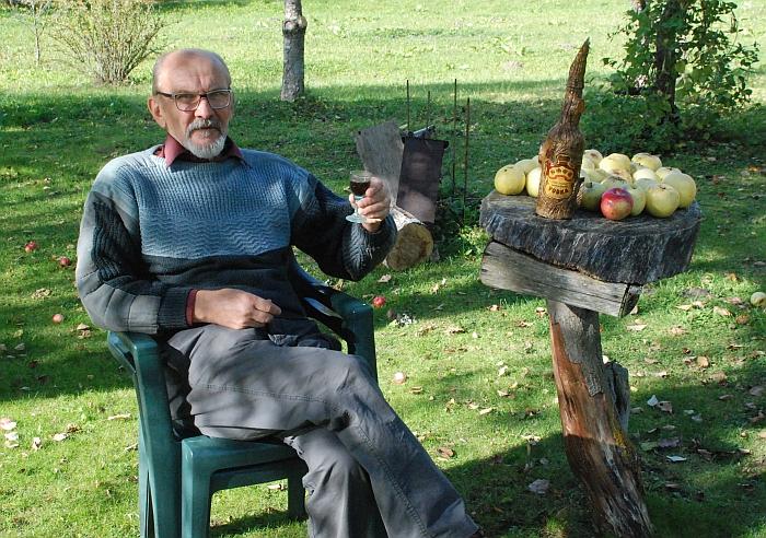 Vladislovas Radvilavičius savo sodyboje Zubelių kaime. 2018 m. spalis.