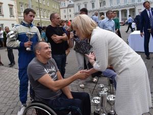 """Ralio """"Aplink Lietuvą 2018"""" Neįgaliųjų įskaitos nugalėtojus Algimantą Kojį (priekyje) ir Vytautą Barecką pasveikino merė Živilė Pinskuvienė."""