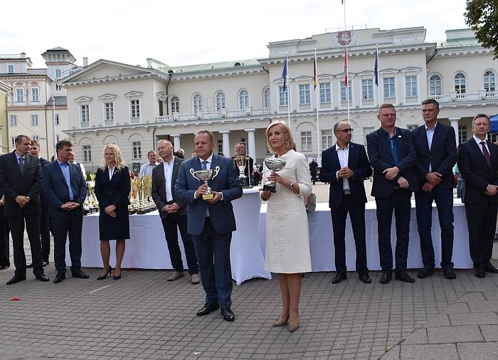 Sportininkų apdovanojimo ceremonija prie Prezidentūros