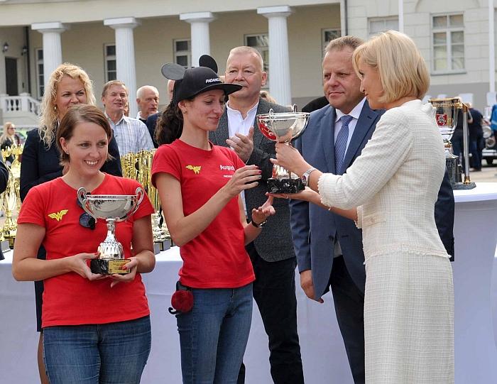 Širvintų merė Živilė Pinskuvienė apdovanojo greičiausias ralio moteris - Augustę Rupšytę su Rūta Saladžiene.