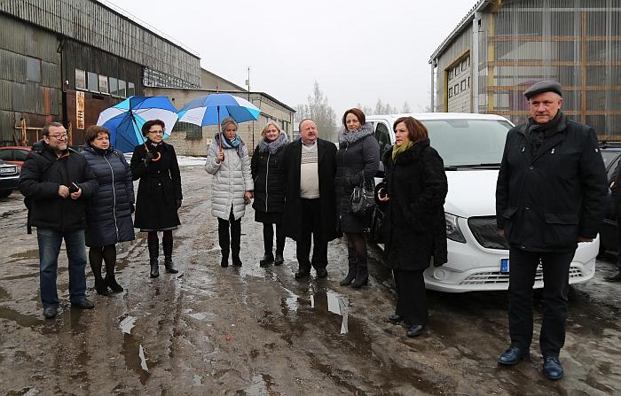 "Širvintiškių delegacija ""RetroPlastast"" gamyklos kieme."