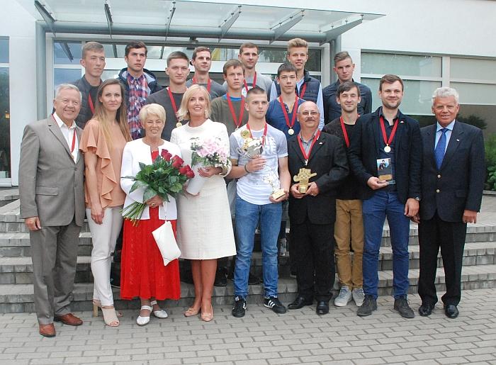Didžiulis širvintiškių žolės riedulio žaidėjų, trenerių ir žmonių, kurie prisideda prie šios sporto šakos vystymo mūsų mieste, būrys.