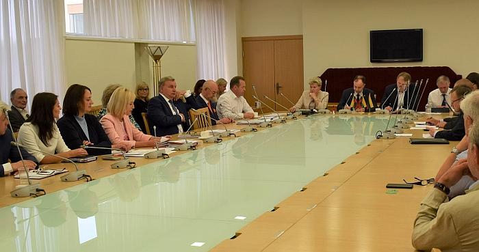 Susitikimas su ministru A. Veryga. Iš kairės - D. Audėjūtė, E. Pečiukaitienė, Ž. Pinskuvienė.