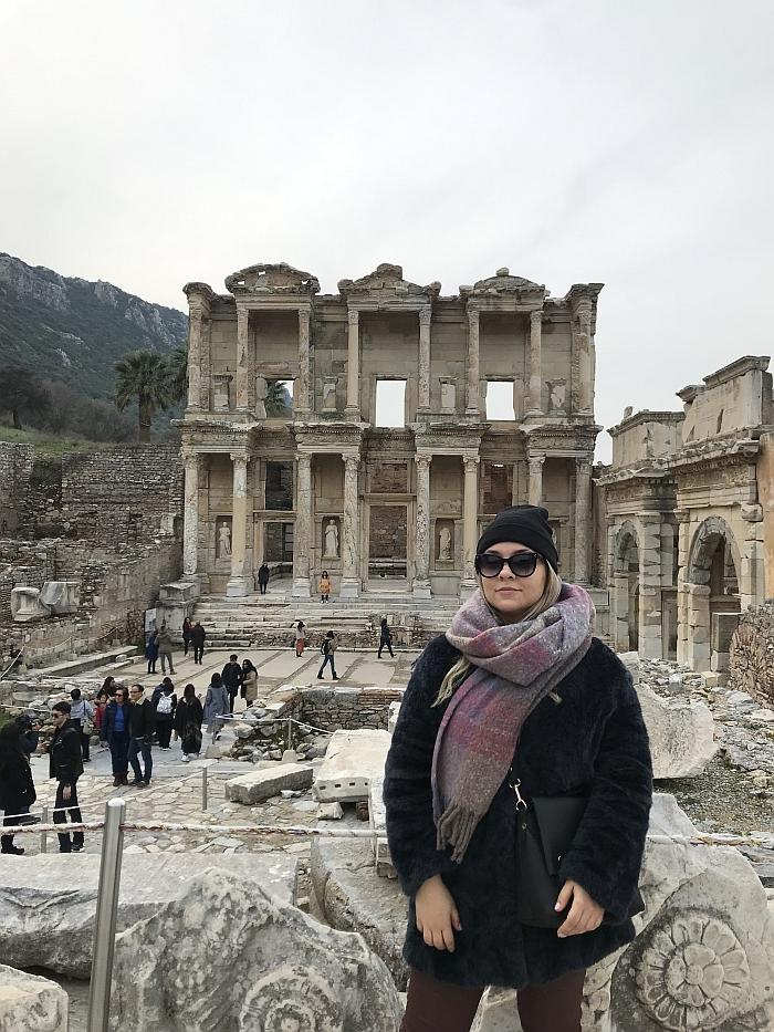 Efesas. Pasak legendos, šį miestą įkūrė karingosios moterys amazonės, o jo pavadinimas kildinamas iš garsios čia buvusios Artemidės šventyklos.