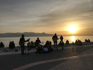 Saulėlydis ir gyva muzika.