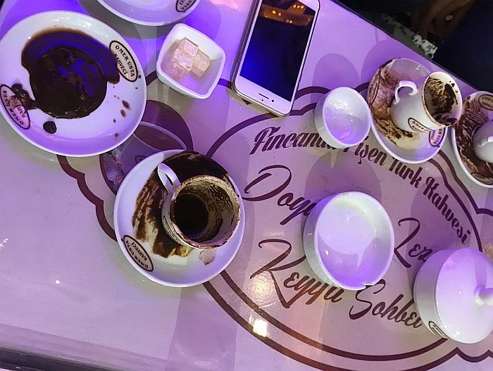 Būrimas iš turkiškos kavos tirščių - viena iš mėgstamiausių pramogų.