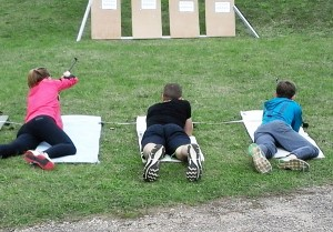 Širvintų jaunieji šauliai vasaros biatlone po bėgimo į taikinius šaudė gulėdami ir stovėdami.