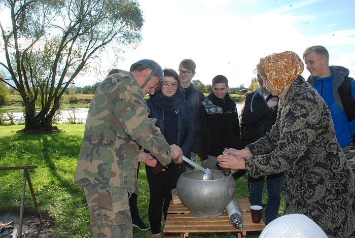 Prie Čiobiškio kelto karšta arbata su meduoliais vaišino Lapelių kaimo bendruomenė.