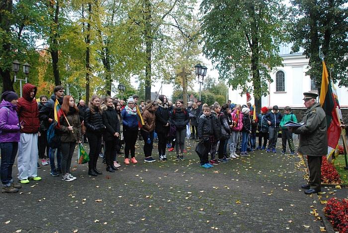 Prie paminklo žuvusiems už Lietuvos Nepriklausomybę ties Širvintomis