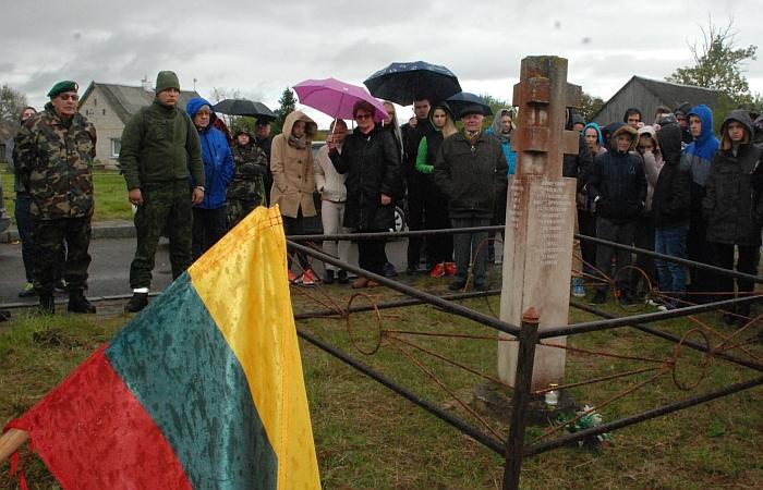 Prie paminklinio ženklo žuvusiems partizanams Vindeikiuose.