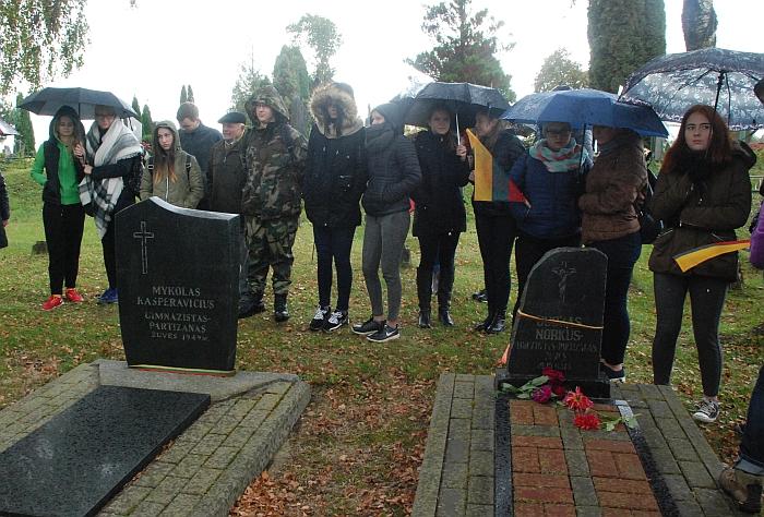 Senosiose Musninkų kapinėse aplankytas DKA vado Žalio Velnio pavaduotojo, mokytojo Juozo Norkaus-Keršto ir šalia palaidoto Mykolo Kasperavičiaus gimnazisto kapai.