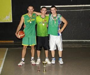 """Gelvoniškiai Aurimas Jasevičius, Gražvydas ir Mantvydas Balsevičiai - šiųmečio """"Saugios kaimynystės"""" krepšinio taurės turnyro nugalėtojai."""