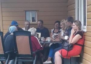 Merės ir gyventojų pokalbis prie puodelio arbatos Burniškių kaime.