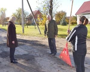 Merė su Infrastruktūros skyriaus vyr. specialistu S. Zabuliu aptarė galimybę įrengti šioje gatvėje greitį ribojantį kalnelį.