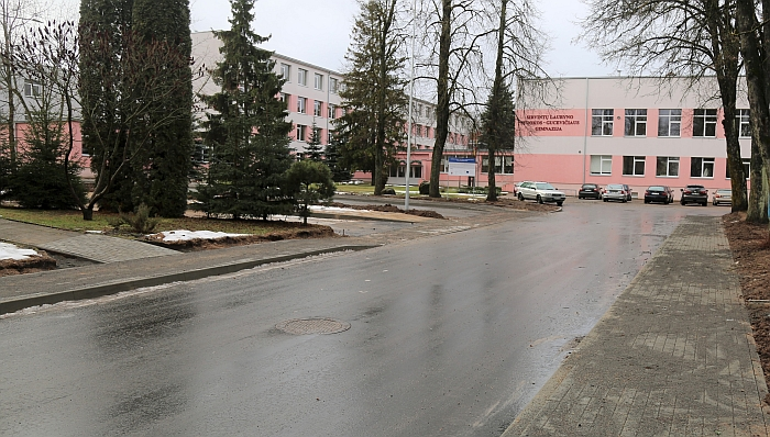 Įvažiavimas į gimnazijos kiemą.