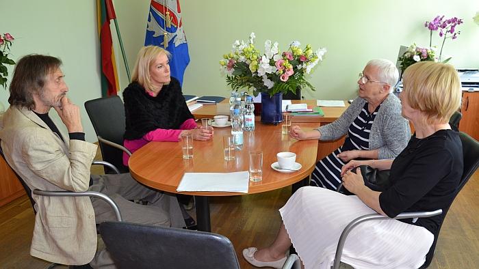 Nuotrauka iš archyvo. Merė susitinka su iniciatyvinės grupės Igno Šeiniaus paminklui sukurti nariais, pirmininke Danute Miliukiene, skulptoriumi Henriku Orakausku.
