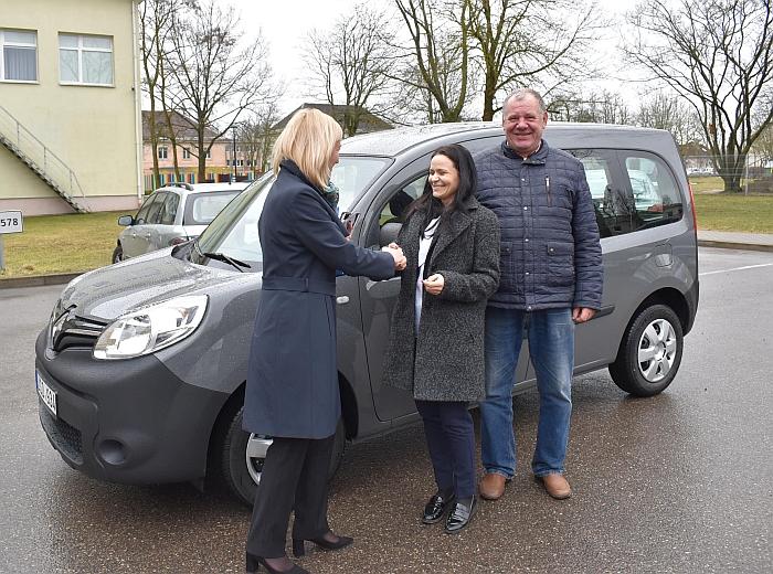 Socialinių paslaugų centrui merė Živilė Pinskuvienė perdavė dar vieną naują automobilį.