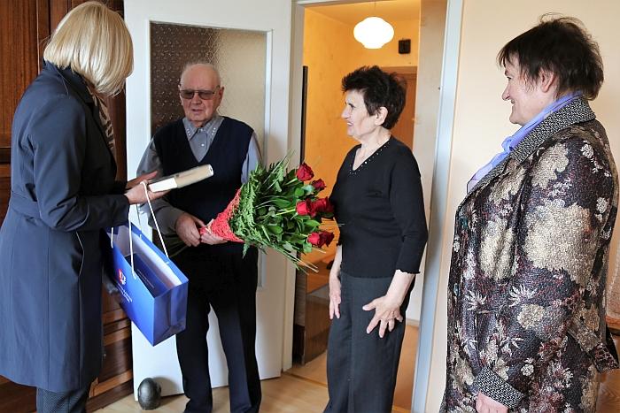 Merė Živilė Pinskuvienė su gražiu jubiliejumi pasveikino Kazį Baroną.