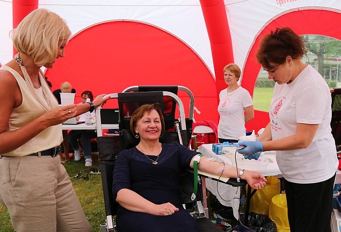 Merė Ž. Pinskuvienė ir PSPC direktorė L. Braškienė pirmosios davė kraujo.