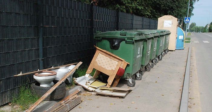 Prie konteinerių išmesti baldai ir santechnikos įranga Kalnalaukio gatvėje.