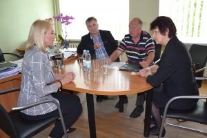 Pradžia - nuoširdus pokalbis. Susitikimas 2015 m. su Tarybos nariu R. Zibalu, Kiauklių seniūnaite D. Lemešoviene ir Kiauklių bažnyčios tarybos pirmininku V. Kalesnyku.