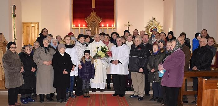 Klebonas Antanas Jasionis gausiai susirinkusių parapijiečių ir svečių būryje.