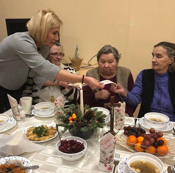 Merė kasmet per Kūčias aplanko Socialinių paslaugų centro gyventojus.