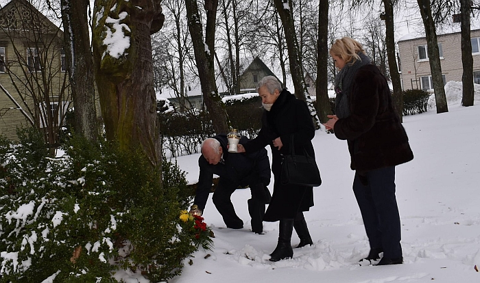 Dedamos gėlės prie paminklo motina.