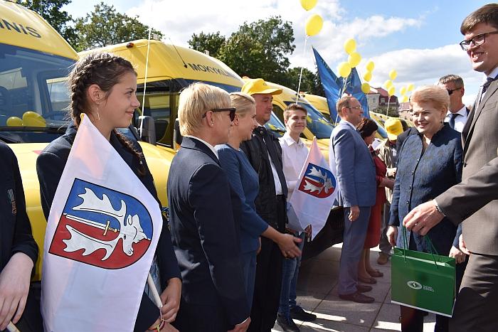 """Šalies savivaldybėms buvo perduota mokyklinių autobusų """"Iveco Daily"""" 50C15 ir """"Mercedes-Benz Sprinter 514CDI"""". Bendra autobusų įsigijimo (likutinė) vertė - netoli 2,7 mln. Eur."""