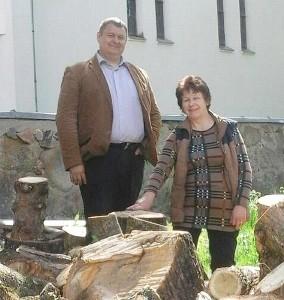 Laikinai Zibalų seniūno pareigas einantis Sigitas Bankauskas ir Kiauklių seniūnaitė Danutė Lemešovienė parūpino malkų Kiauklių bažnyčiai.
