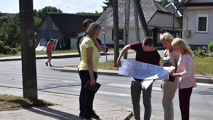 Nuotraukoje - merė Ž. Pinskuvienė, Administracijos direktorė I. Baltušytė-Četrauskienė ir Ūkio plėtros skyriaus vedėja R. Gujienė su projektuotoju aptaria planuojamus remonto darbus.