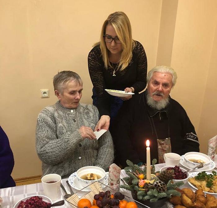 Direktorė Neringa Lubytė su centro gyventojais dalijosi kalėdaičiu.