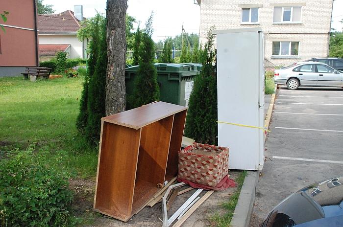 I. Šeiniaus gatvėje kažkas išmetė ne tik spintą, bet ir šaldytuvą.