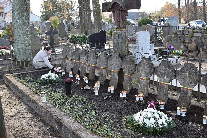Gėlės ant savanorių kapų Širvintose...