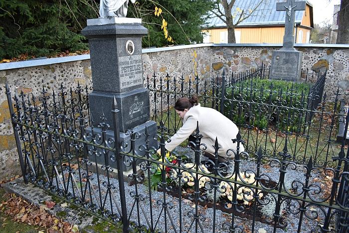 Gėlės ant A. Petrulio kapo Musninkuose...