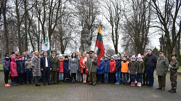 Prie paminklo žuvusiems už Lietuvos Nepriklausomybę