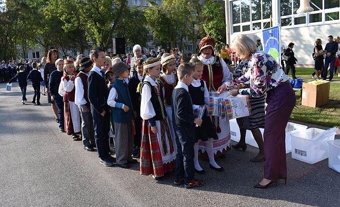 Širvintų pradinės mokyklos mokiniams dovanos iš Širvintų r. savivaldybės merės Živilės Pinskuvienės rankų.