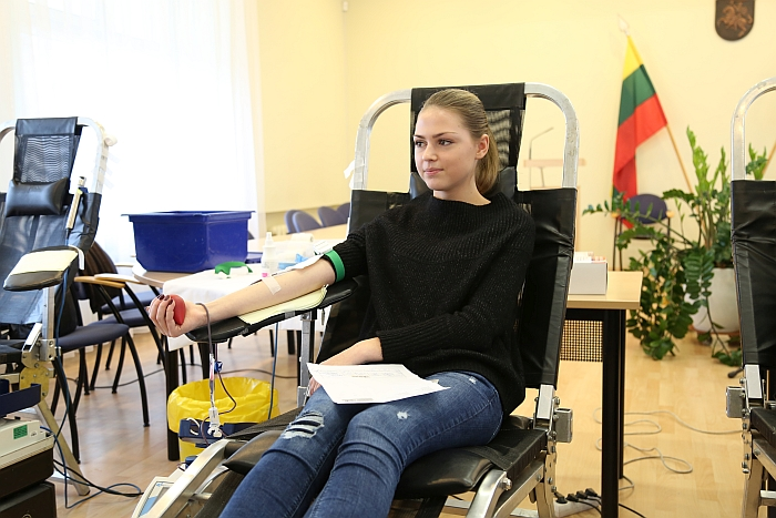 Akcijoje dalyvavo ir abiturientė Miglė Jarmalytė, pirmą kartą gyvenime aukojusi kraujo.