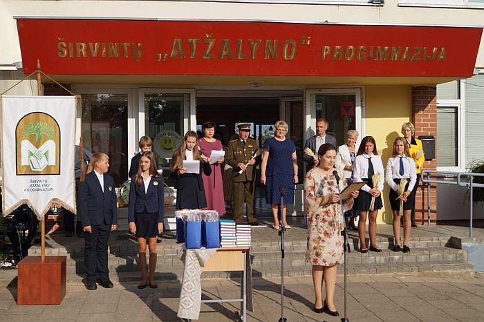 """Širvintų """"Atžalyno"""" progimnazijoje susirinkusius mokinius ir jų tėvelius sveikino Širvintų r. savivaldybės mero patarėja Janina Pažusienė."""