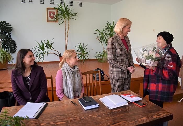 Susirinkę Čiobiškio gyventojai sveikino Živilę Pinskuvienę antrą kartą laimėjus tiesioginius mero rinkimus.