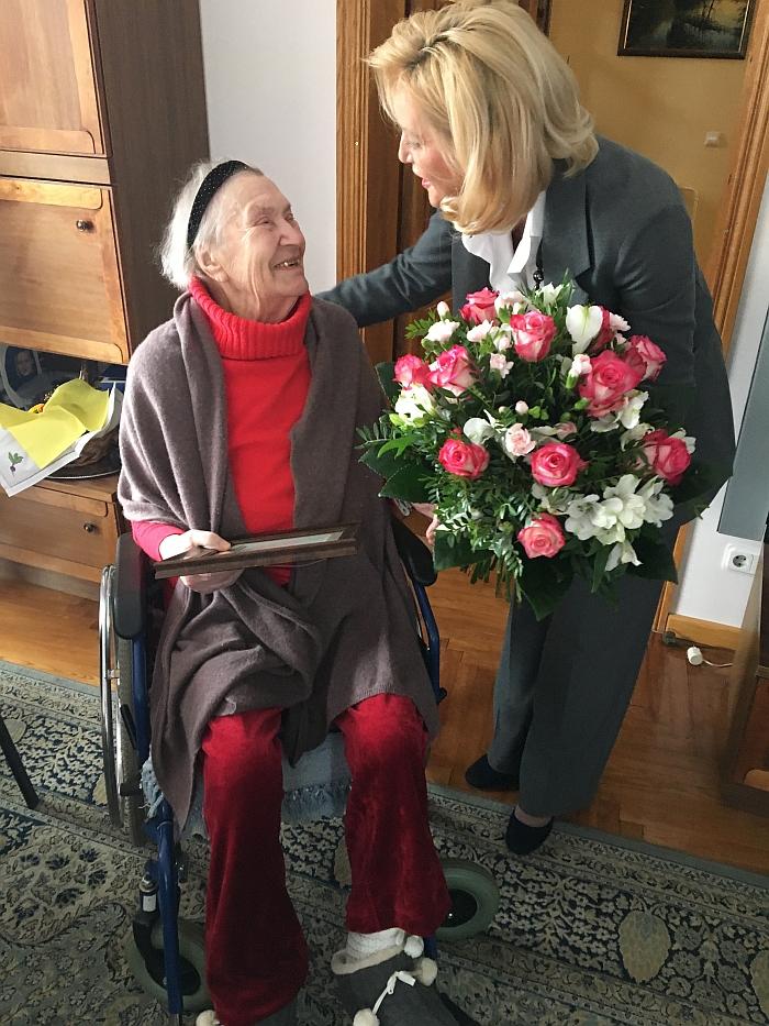 Merė Živilė Pinskuvienė įteikė puokštę gėlių.