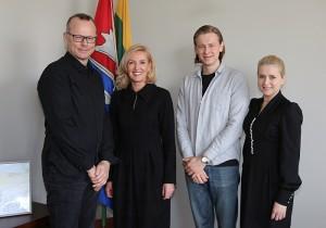 Garbingus svečius Igną Šeinių su sūnumi Feliksu Savivaldybėje priėmė rajono merė Živilė Pinskuvienė ir administracijos direktorė Ingrida Baltušytė-Četrauskienė.