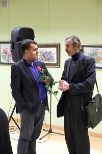 Skulptroius Henrikas Orakauskas (dešinėje) mintimis dalijasi su vakaro vedėju Juozu Žitkausku.