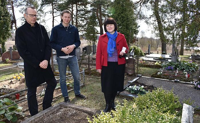 Prie rašytojo Igno Šeiniaus motinos Marijos Jurkūnienės kapo