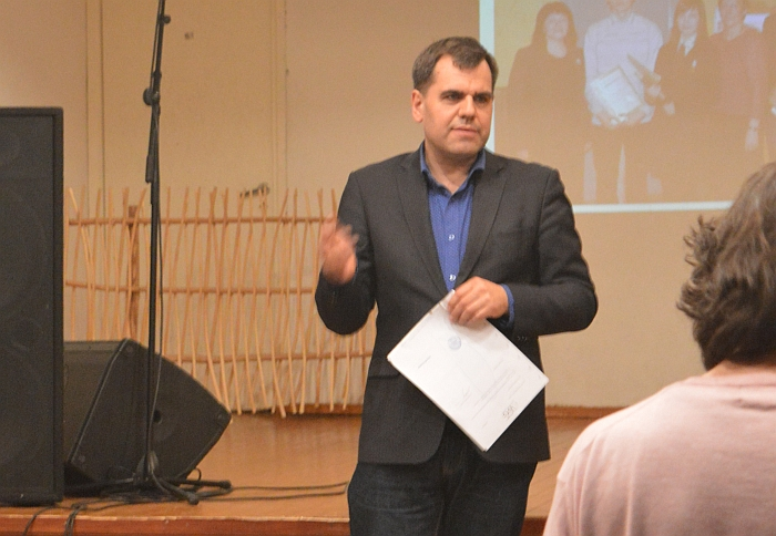 Poetas Juozas Žitkauskas skaito eilėraščius dzūkiškai.