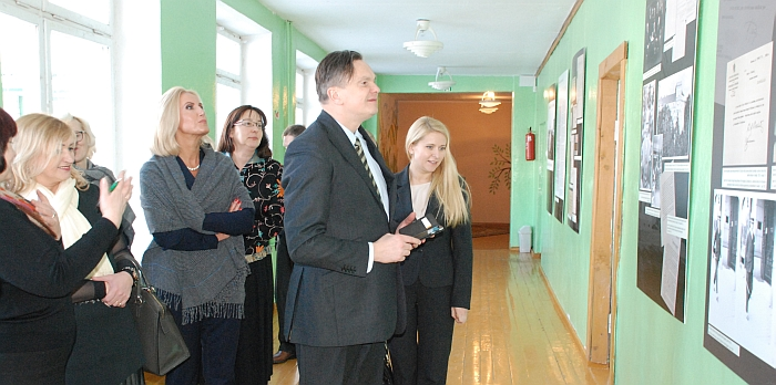 """Didelio svečių susidomėjimo sulaukė mokyklos pirmojo aukšto koridoriuje eksponuojama dokumentinė paroda """"Ignas Šeinius: tarp Švedijos ir Lietuvos""""."""