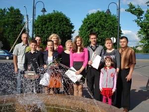 """Buvo apdovanoti keturi Širvintų """"Atžalyno"""" progimnazijos 7A klasės mokiniai: (pirmoje eilėje iš kairės į dešinę) Norbertas Eigelis, Emilija Vasilionkaitė, Ieva Jankauskaitė ir Lukas Cikanavičius."""