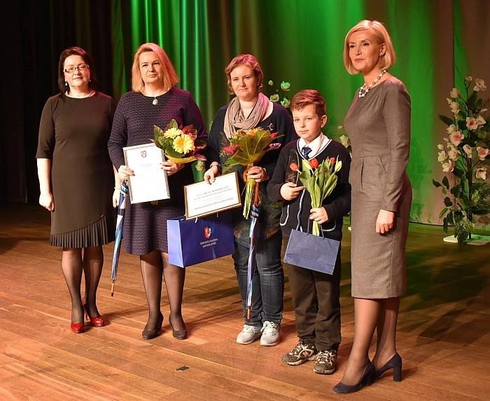 """Nominacija """"Už Širvintų krašto garsinimą"""" įteikta Širvintų pradinės mokyklos 3B klasės mokiniui Aleksandrui Bissekerskij (antras iš dešinės)."""