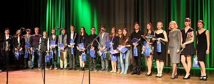 Širvintų rajono savivaldybės padėkomis ir dovanomis apdovanoti 22 mokiniai, olimpiadose ir konkursuose pelnę 9, 6, 5, 4, 3, 2 prizines vietas.